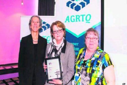 Micheline Anctil reçoit le prix Régis-Laurin