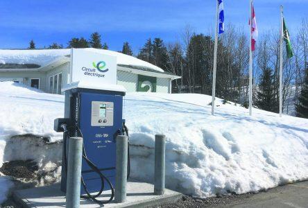 Forestville – Une borne rapide pour véhicules électrique est en fonction