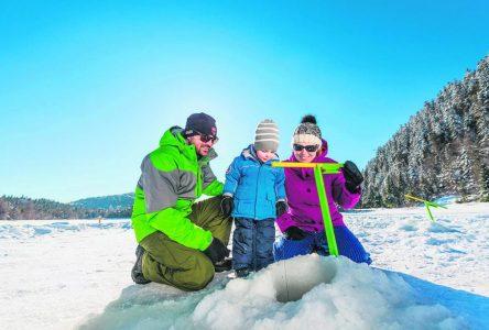 Des pêcheurs en herbe sur la glace du lac Gobeil