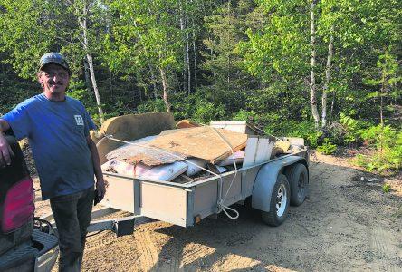 Dépotoirs clandestins – Un citoyen nettoie un dépôt envahi de déchets