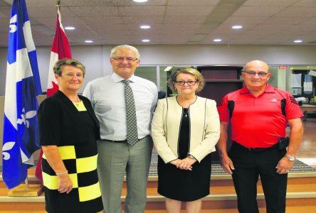 Le ministre Marc Garneau s'arrête à la poly des Rivières