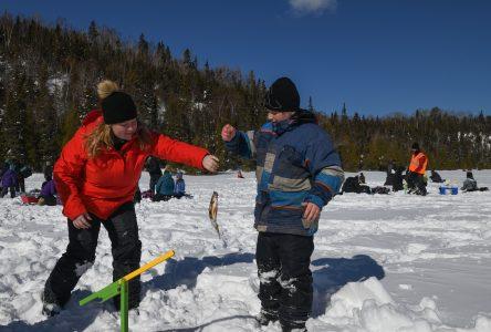 Des pêcheurs en herbe sur la glace