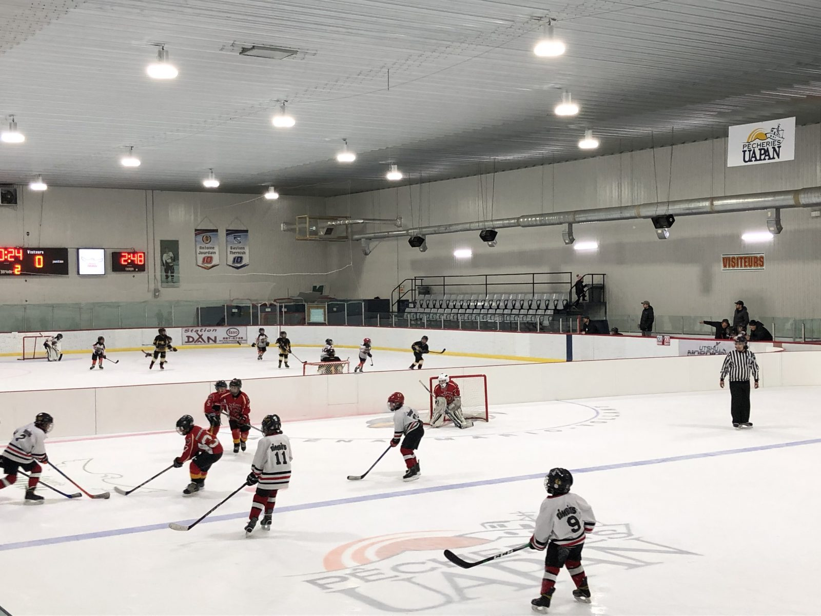 Les jeunes hockeyeurs s'amusent au Festival Novice à Mani-utenam
