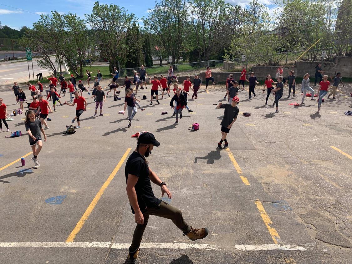 Matt Tremblay fait danser l'école Marie-Immaculée des Escoumins
