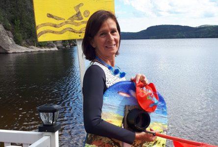 Nancy Therrien se retrempe dans la traversée du lac Laval